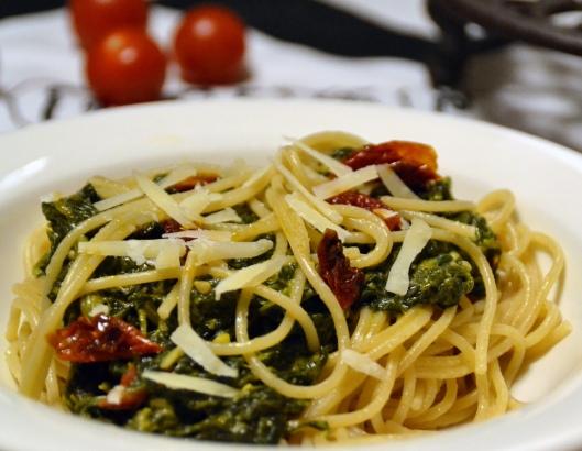 spaghetti spenat o torkade tomater
